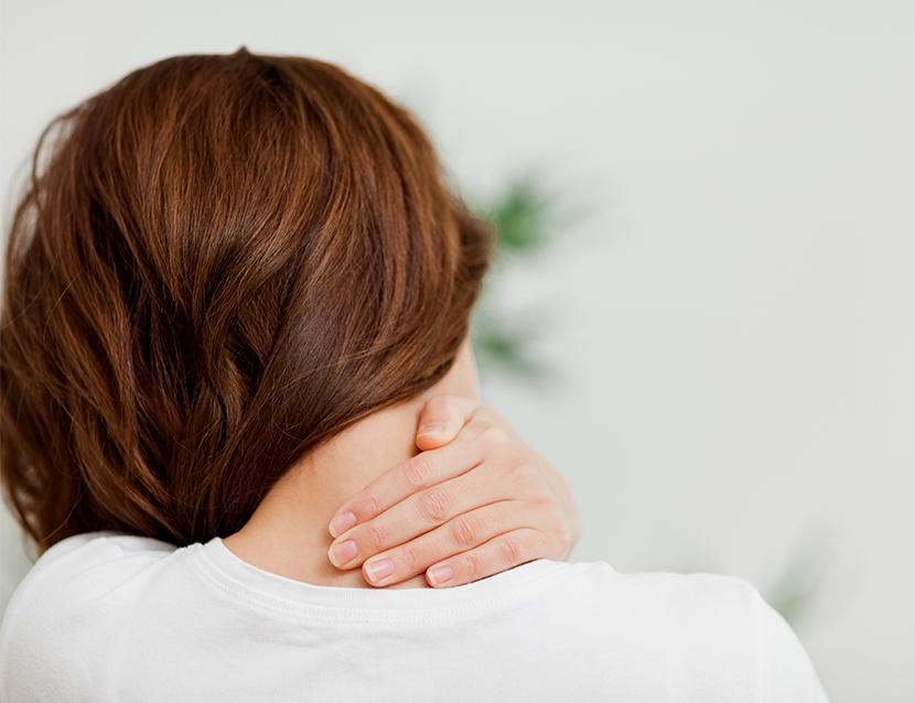 Pozitii simple pentru calmarea durerii cervicale (I)
